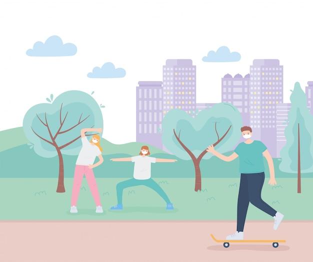 Personas con mascarilla médica, mujeres haciendo yoga y niño montando skate park road, actividad de la ciudad durante el coronavirus