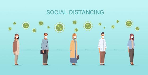 Personas con mascarillas hombres mujeres haciendo cola para mantener la distancia para evitar el distanciamiento social covid-19