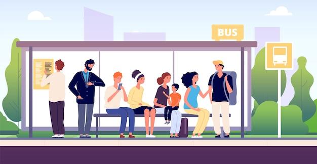 Personas en la parada del autobús. transporte comunitario de la ciudad, pasajeros que esperan los autobuses parados juntos, dibujos animados de tráfico público urbano