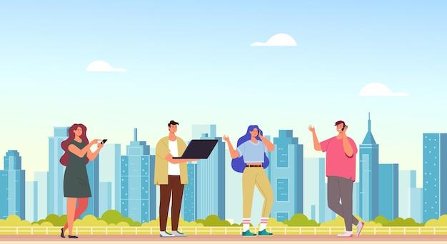 Personas personajes hombre mujer usando teléfono y computadora internet en línea. ilustración de dibujos animados de concepto de ciudad inteligente