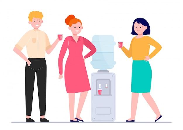 Personas positivas bebiendo agua en el refrigerador