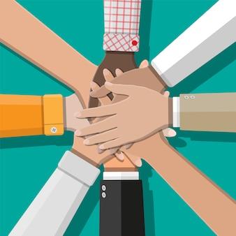 Las personas que muestran la unidad con las manos juntas.