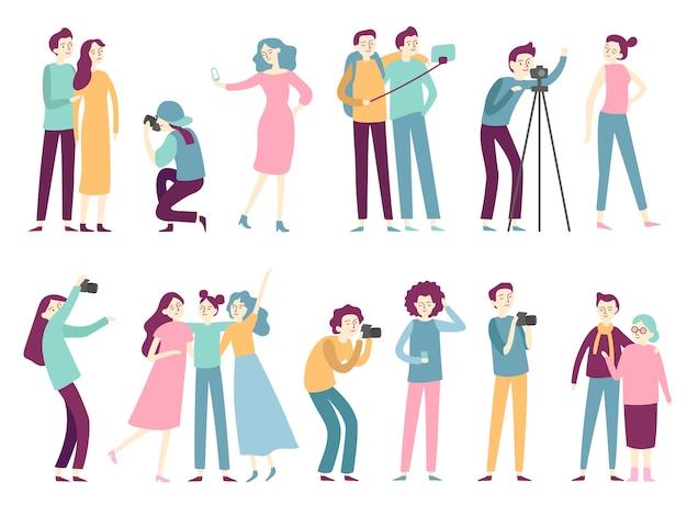 Las personas que toman fotos. la mujer toma fotos selfie, posando para el fotógrafo profesional y el hombre que sostiene la cámara de fotos plana