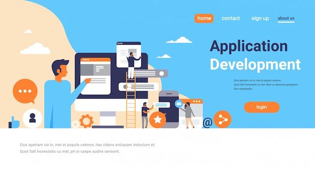 Personas que trabajan burbujas de chat concepto de desarrollo de aplicaciones móviles hombres subiendo escalera escalera interfaz de mensajero página de inicio