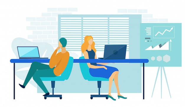 Personas que trabajan en la computadora portátil en el espacio de coworking.