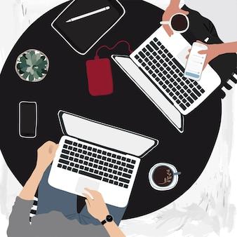 Personas que trabajan en computadoras portátiles en un café