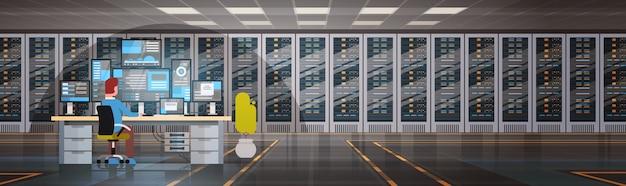 Personas que trabajan en el servidor de alojamiento de sala de centro de datos