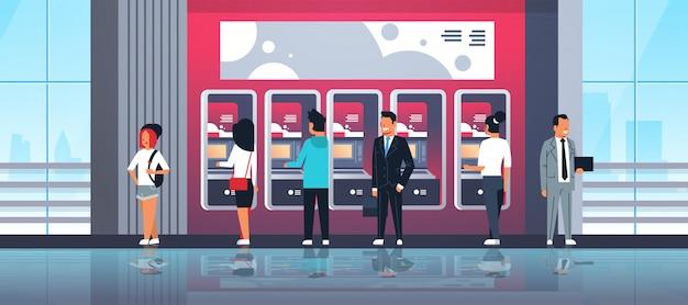 Personas que usan cajeros automáticos de autoservicio