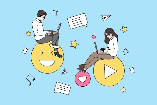 Las personas que usan computadoras portátiles se comunican en línea en las redes sociales