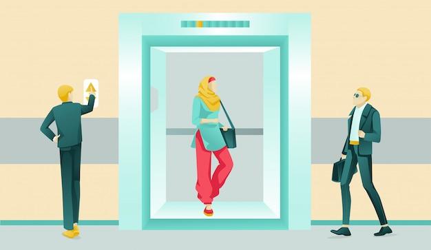 Personas que usan el elevador en un hotel o centro de negocios
