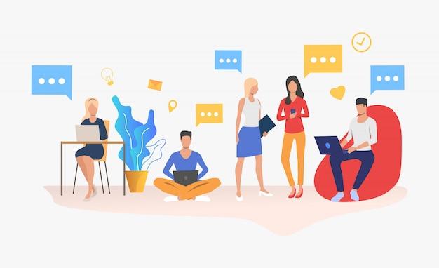 Personas que utilizan dispositivos digitales en una oficina moderna.