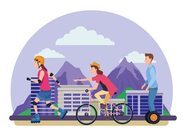 Las personas que viajan con bicicletas scooter y patines