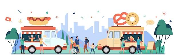 Personas que visitan el festival de comida callejera y compran bocadillos en camiones. ilustración de vector plano para feria, evento de verano, mercado, concepto de proveedores