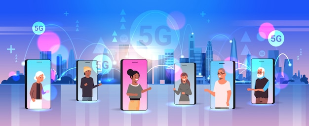 Personas de raza mixta que usan el concepto de conexión de sistemas inalámbricos de la red de comunicación en línea de la aplicación móvil 5g