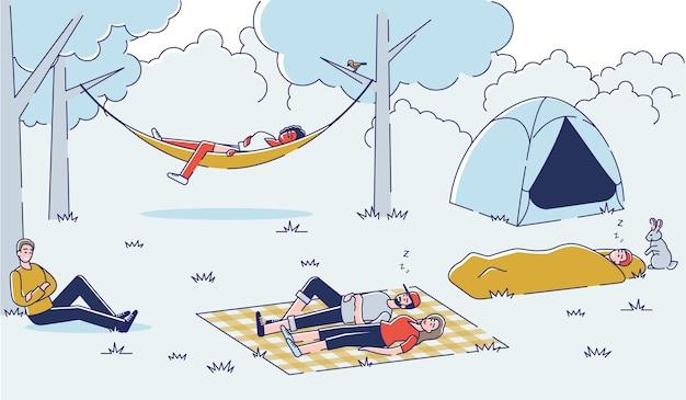 Personas relajantes durante el viaje de senderismo grupo de amigos durmiendo al aire libre