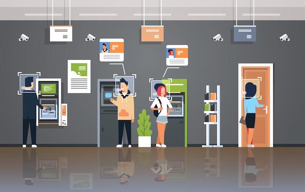Personas retirando dinero cajero automático cajero automático identificación vigilancia cctv reconocimiento facial moderno banco oficina interior sistema de cámara de seguridad