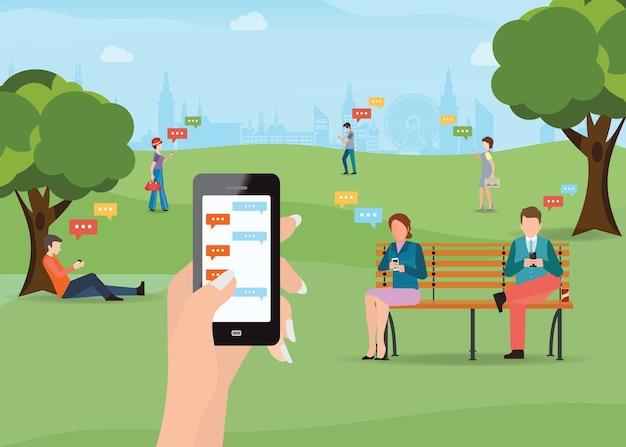 Personas sentadas en el parque y mensajes de texto en el chat usando el teléfono inteligente