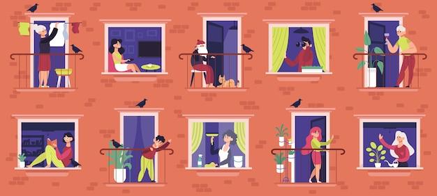 Personas en las ventanas de la casa de apartamentos comunicándose