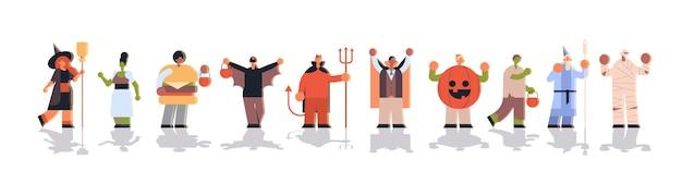 Personas vestidas con diferentes disfraces de monstruos parados juntos trucos y tratar concepto de celebración de fiesta de halloween feliz