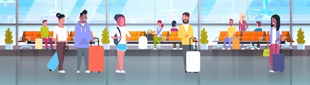 Personas en viajeros de aeropuerto con equipaje en sala de espera