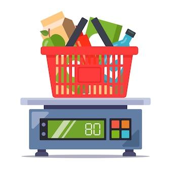 Pesar los productos de la tienda en la balanza