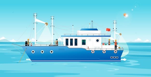 Los pescadores utilizan redes para pescar en un barco de pesca