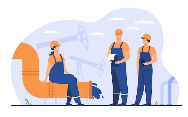 Petroleros e ingenieros en la línea de producción o tubería de la ilustración de vector plano de refinería de petróleo. gente de dibujos animados trabajando en tubería. concepto de industria de petróleo y gas