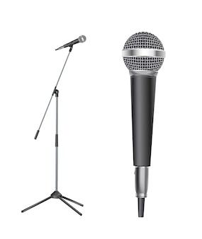 De pie con micrófono moderno sobre fondo blanco.