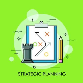 Pieza de ajedrez de torre, lápiz y plan estratégico dibujado en hoja de papel.