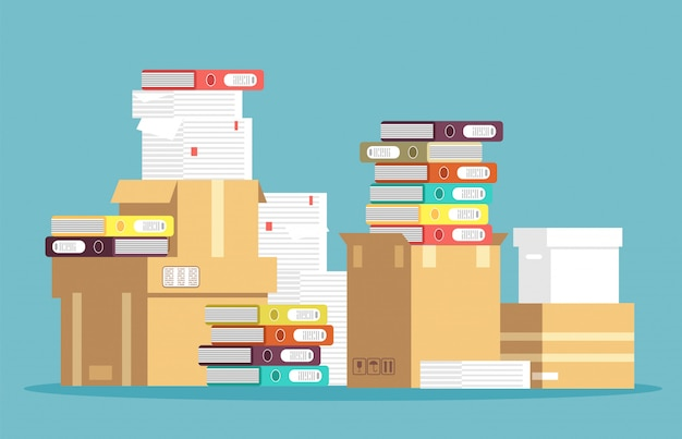 Pila de cajas de cartón, documentos en papel y carpetas de archivos de oficina aislados.