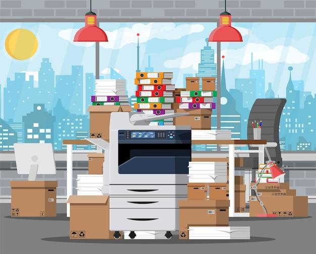Pila de documentos en papel y carpetas de archivos en la oficina con una impresora