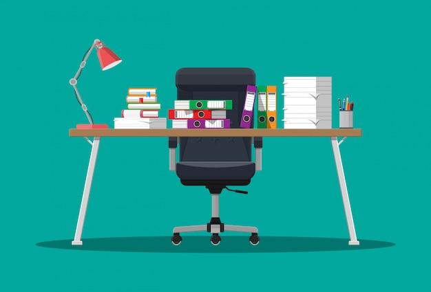 Pila de documentos en papel y carpetas de archivos