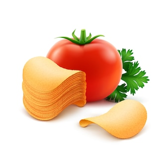 Pila de patatas fritas crujientes con tomate rojo cerca aislado sobre fondo blanco.