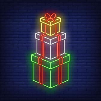 Pila de regalos en estilo neón
