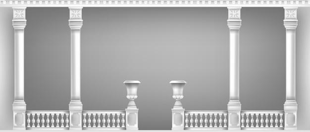 Pilares de mármol clásico y balcón blanco.