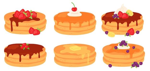 Pilas de panqueques de desayuno de dibujos animados con jarabe de arce y cobertura de bayas. sabrosos panqueques con mantequilla, chocolate, crema y conjunto de vectores de fresa. ilustración del postre de la mañana del desayuno, panqueques caseros