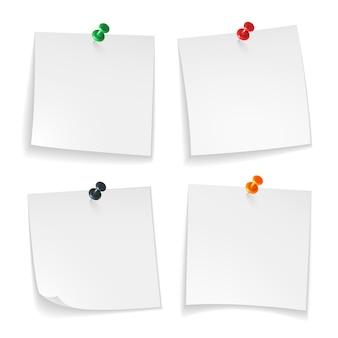 Pin notas. papel blanco de nota rizado esquina con mensaje de anuncio de tablero de oficina de botón pulsado de color, conjunto realista