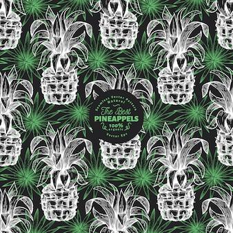 Piña y hojas exóticas de patrones sin fisuras. dibujado a mano ilustración de frutas tropicales en la pizarra. grabado estilo ananas fruta. fondo botánico retro