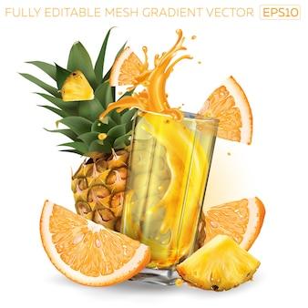Piña, naranja y un vaso de jugo de frutas.