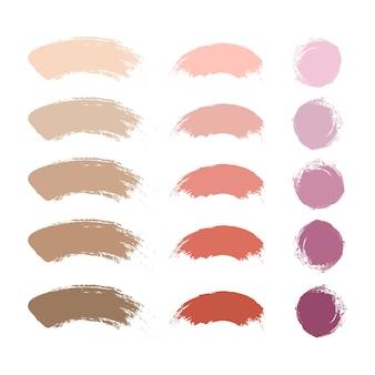 Pinceles de maquillaje, lápiz labial nude, rubor y muestras de base o polvos. componer la colección de frotis.