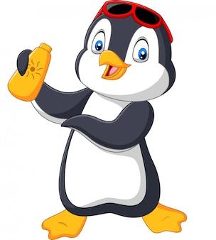 Pingüino de la historieta que sostiene una crema de la loción de la botella del bloqueador solar