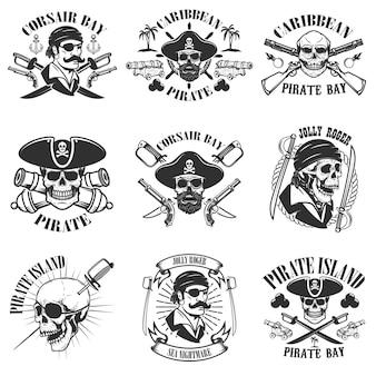 Pirata emblemas onwhite fondo. cráneos de corsario, arma, espadas, pistolas. elementos para logotipo, etiqueta, emblema, letrero, póster, camiseta. ilustración