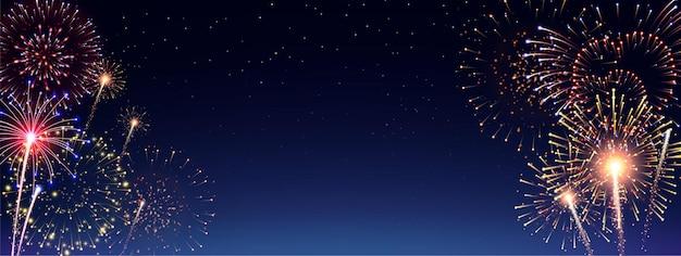Pirotecnia y fuegos artificiales en el banner de la noche.