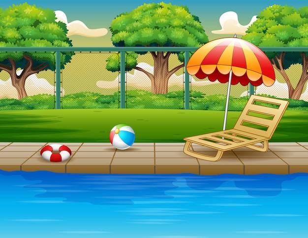 Piscina al aire libre con tumbona y juguetes.