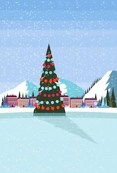 Pista de hielo con árbol de navidad decorado en el hotel resort de esquí