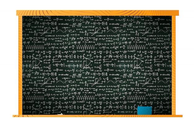 Pizarra escolar negra en marco de madera con muchos cálculos matemáticos de tiza y esponja en estante en blanco