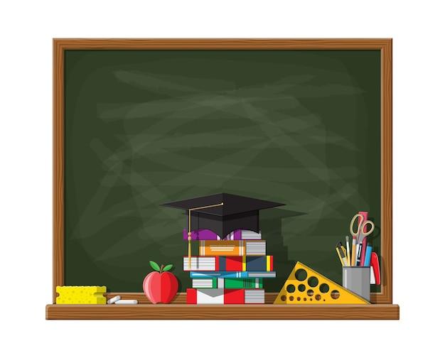 Pizarra de la escuela o universidad. plantilla de tablero con sombrero de educación, libros, regla, tiza de esponja de lápiz de manzana. conocimientos académicos y escolares, educación y graduación.