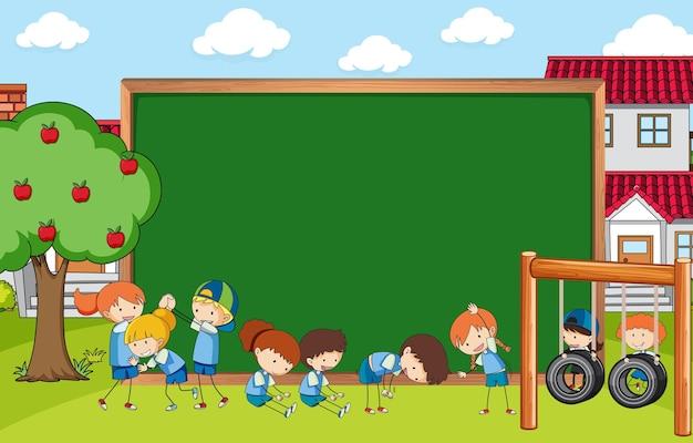 Pizarra vacía en la escena del parque con muchos niños doodle personaje de dibujos animados