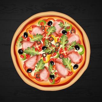 Pizza redonda con carne, aceitunas, ensalada y queso sobre fondo negro