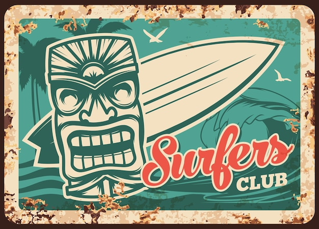 Placa de metal del club de surf y surfista oxidada, tabla de surf en las olas del agua, cartel retro vintage. signo de club deportivo de surf o placa de metal con óxido, tabla de surf, palmas